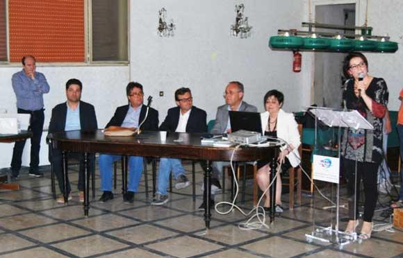 La commissione di esperti ascolta l'inno della scuola G.Pardo cantato dagli alunni.
