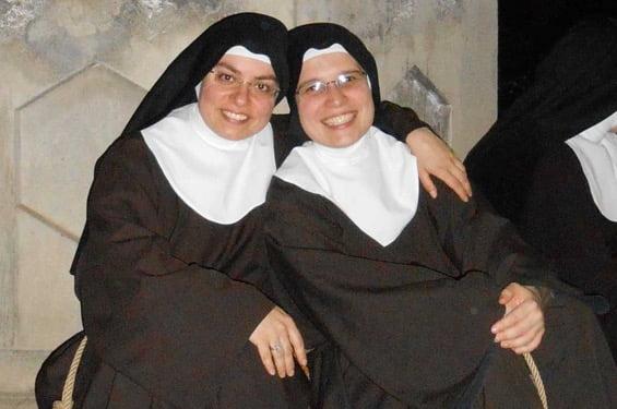 Suor Maria (Giovanna Inzirillo), a sinistra nella foto.