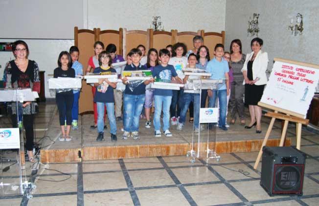 I vincitori ricevono i premi, foto di gruppo con le prof.sse F.Gentile, V.M.Rizzo, F.La Grassa e M.T.Olivo promotrici del concorso.