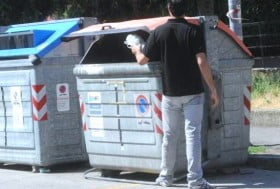 gettare rifiuti
