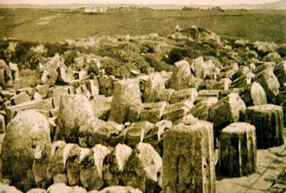 Colonne doriche del Tempio C di Selinunte che evidenziano il tipico crollo direzionale dovuto ad un terremoto. Questa foto è precedente al restauro iniziato nel 1929 (da Bottari et al., 2009). fonte. INGV